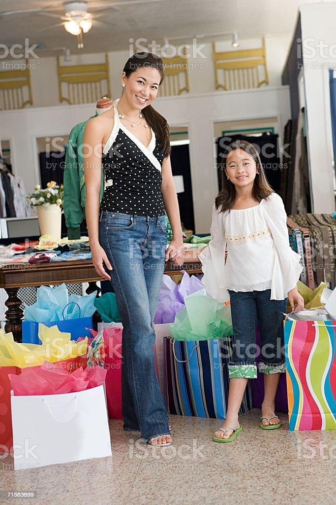 Madre e hija de compras foto de stock libre de derechos