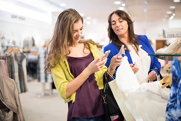 mutter und tochter einkaufen mit qr-codes - dresses online shop stock-fotos und bilder