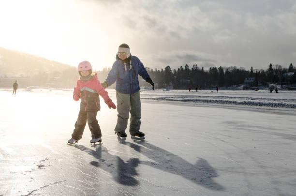 Mutter und Tochter Winter tagsüber auf Eisbahn auf dem See Schlittschuh laufen – Foto