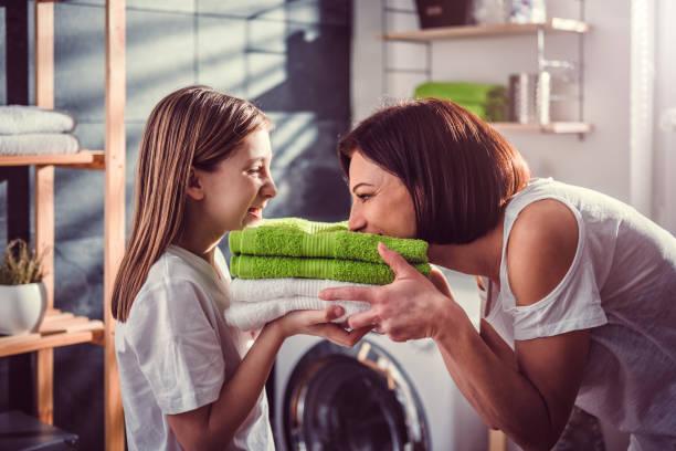 母と娘のタオルの臭いがします。 - 衣類乾燥機 ストックフォトと画像