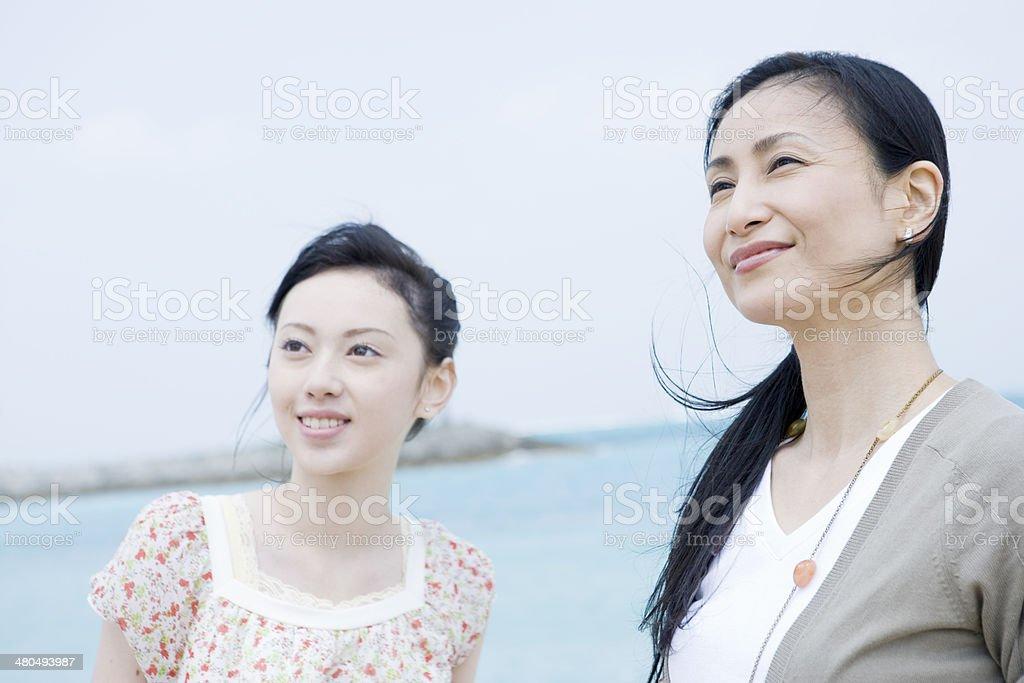 母と娘の笑顔ビーチ ストックフォト