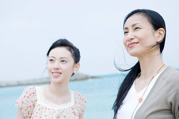 母と娘の笑顔ビーチ - 母娘 笑顔 日本人 ストックフォトと画像