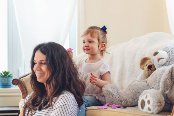 Mutter und Tochter verbringen gemeinsam einen Wochenendmorgen – Foto