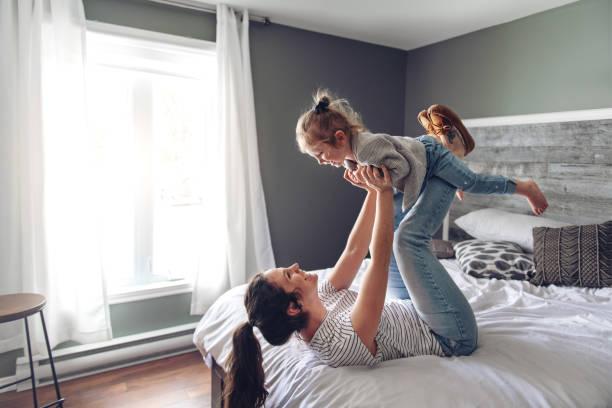 Anne ve kızı birlikte bir hafta sonu sabah harcama stok fotoğrafı