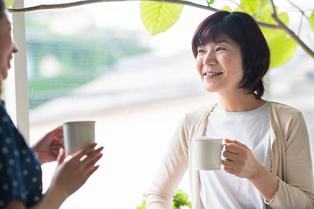 母と娘の話 - 母娘 笑顔 日本人 ストックフォトと画像