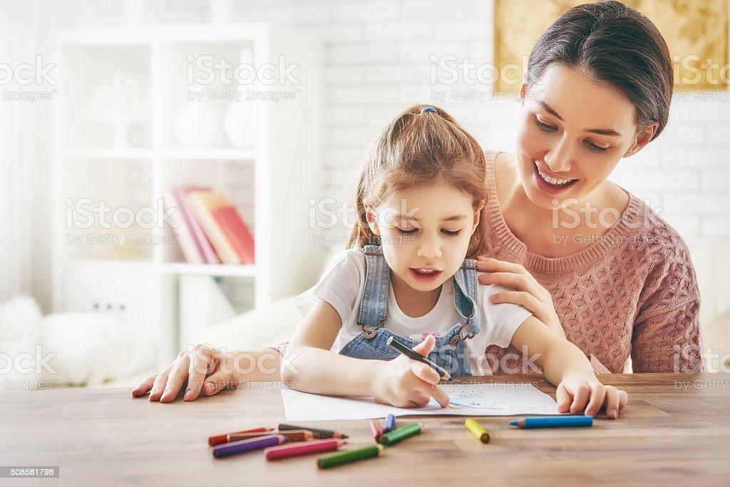 Mutter und Tochter Gemeinsam malen – Foto