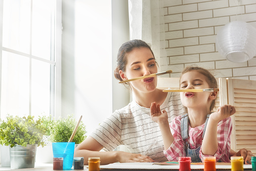 istock Mother and daughter together paint 542112538