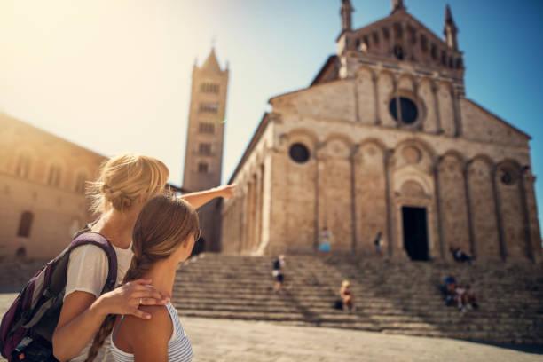 mutter und tochter touristen sehenswürdigkeiten stadt massa marittima in der toskana, italien - toskana ferien stock-fotos und bilder