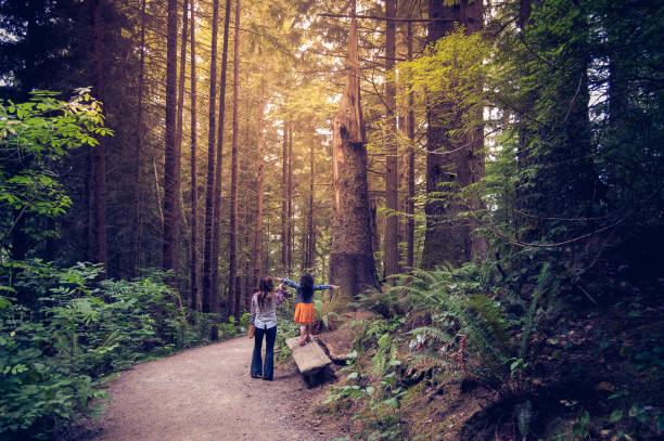 mother and daughter walking together in oregon forest - wybrzeże północno zachodnie pacyfiku zdjęcia i obrazy z banku zdjęć