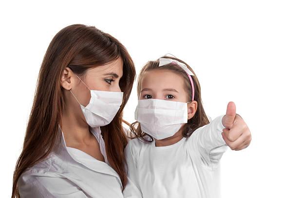 Mutter und Tochter mit Chirurg der Masken – Foto