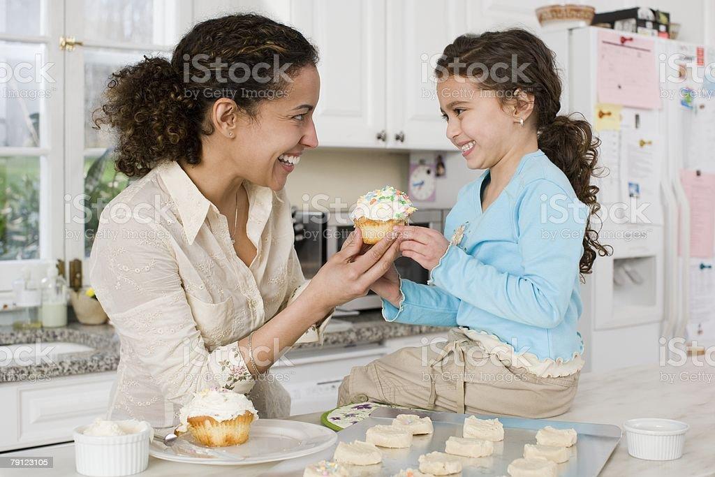 어머니, 딸, 케이크 royalty-free 스톡 사진