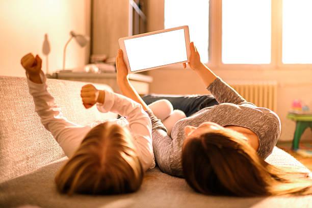 Mutter und Tochter mit digitalen tablet – Foto