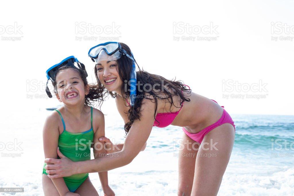 母親和女兒在海灘潛水護目鏡 免版稅 stock photo
