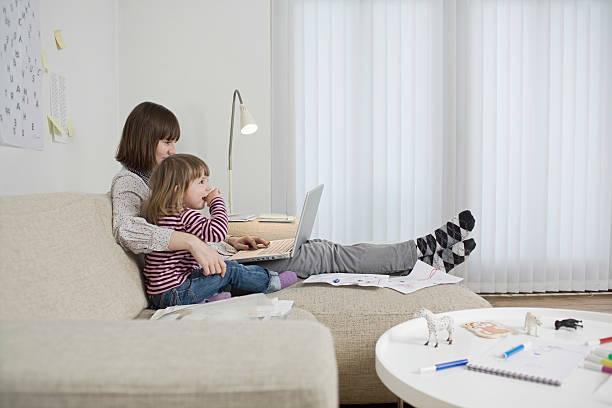 mutter und tochter mit laptop zu hause - kinderzimmer tischleuchten stock-fotos und bilder
