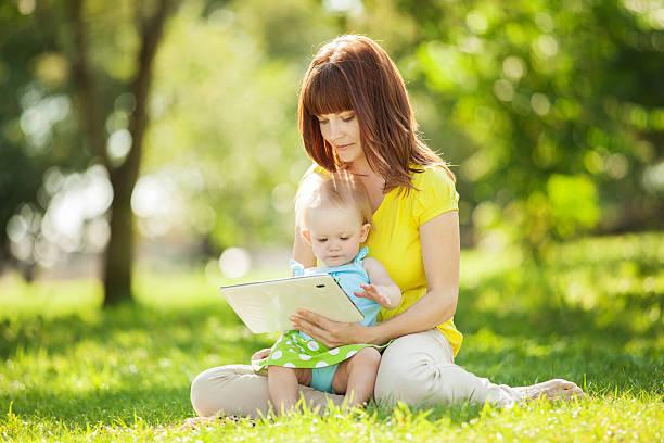 Mutter und Tochter mit tablet-Pause im park – Foto