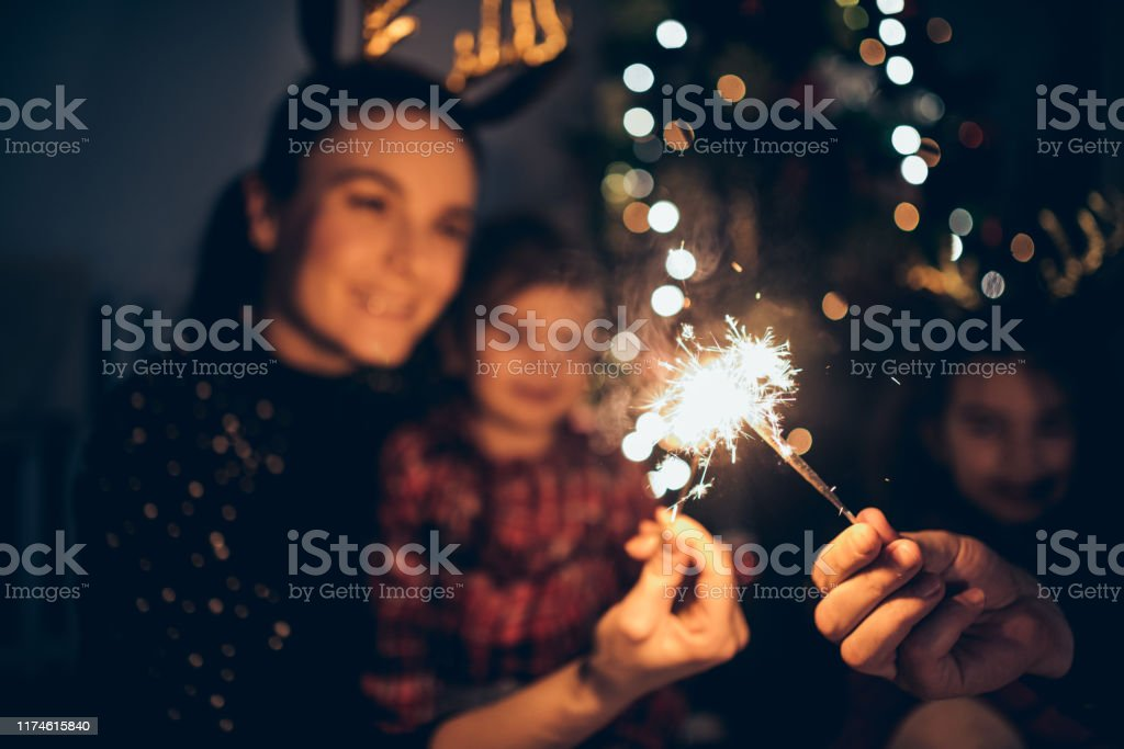 Mother and daughters enjoying Christmas - Royalty-free Abraçar Foto de stock