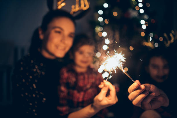 madre e hijas disfrutando de la navidad - año nuevo fotografías e imágenes de stock