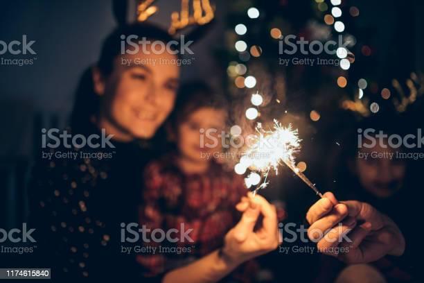 Mother And Daughters Enjoying Christmas - Fotografias de stock e mais imagens de Abraçar