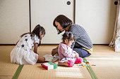 母と娘の日本のスタイルのお部屋で、ご自宅でも