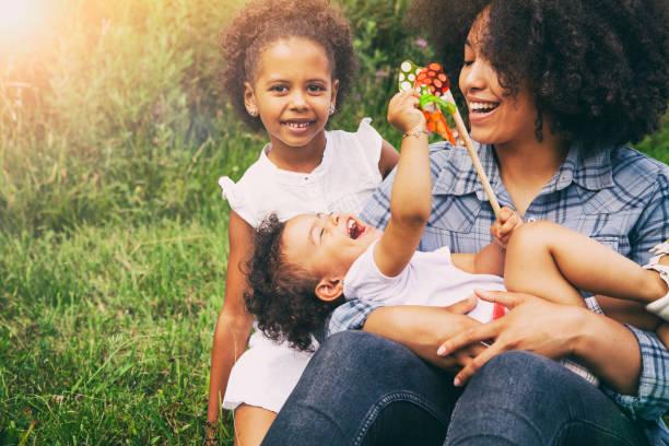 Mutter und Töchter außerhalb – Foto