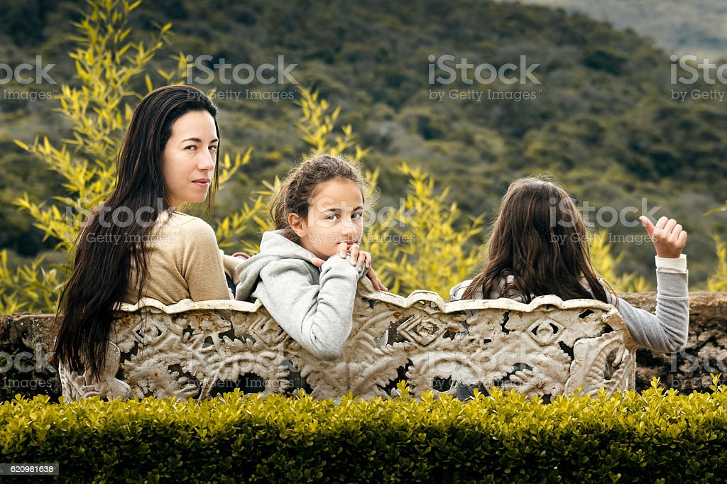 Mother and Daughters Sitting on Bench foto royalty-free