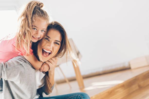 madre y daughther felices juntos - hija fotografías e imágenes de stock