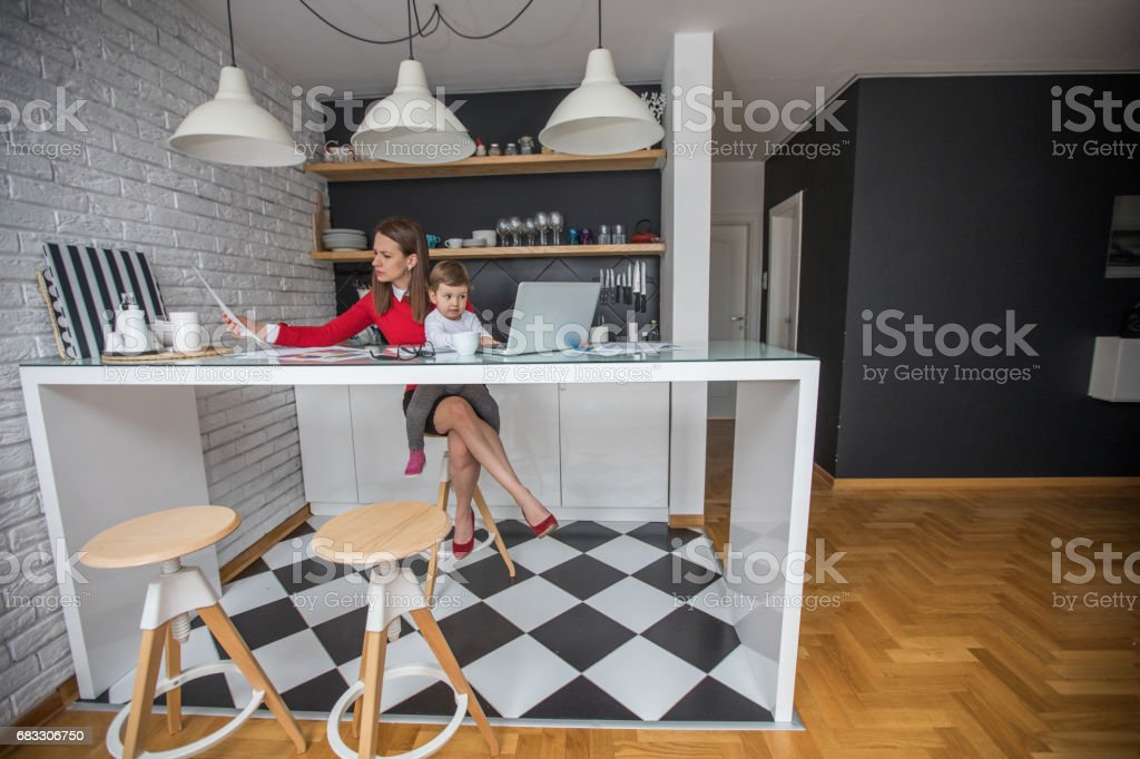 Mother and daugther working together foto stock royalty-free