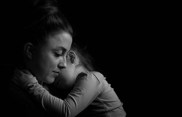 Mutter umarmen und Dauhgter – Foto