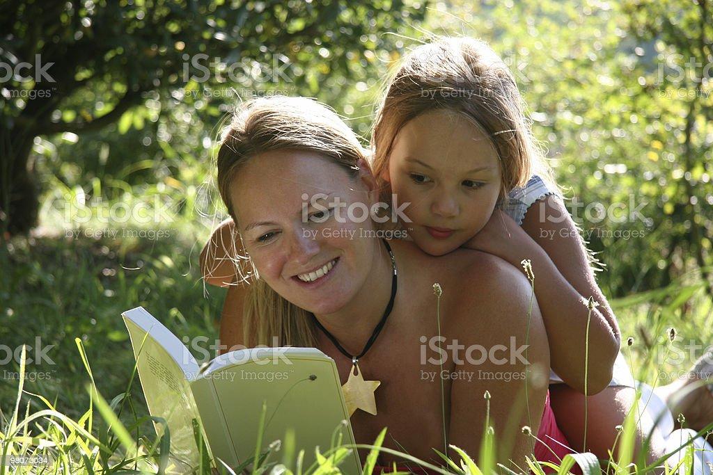 Madre e Doughter leggere un libro foto stock royalty-free