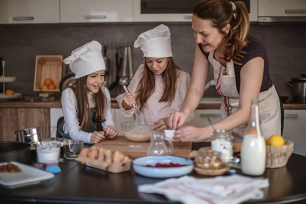 Mutter und Mädchen machen Kekse – Foto