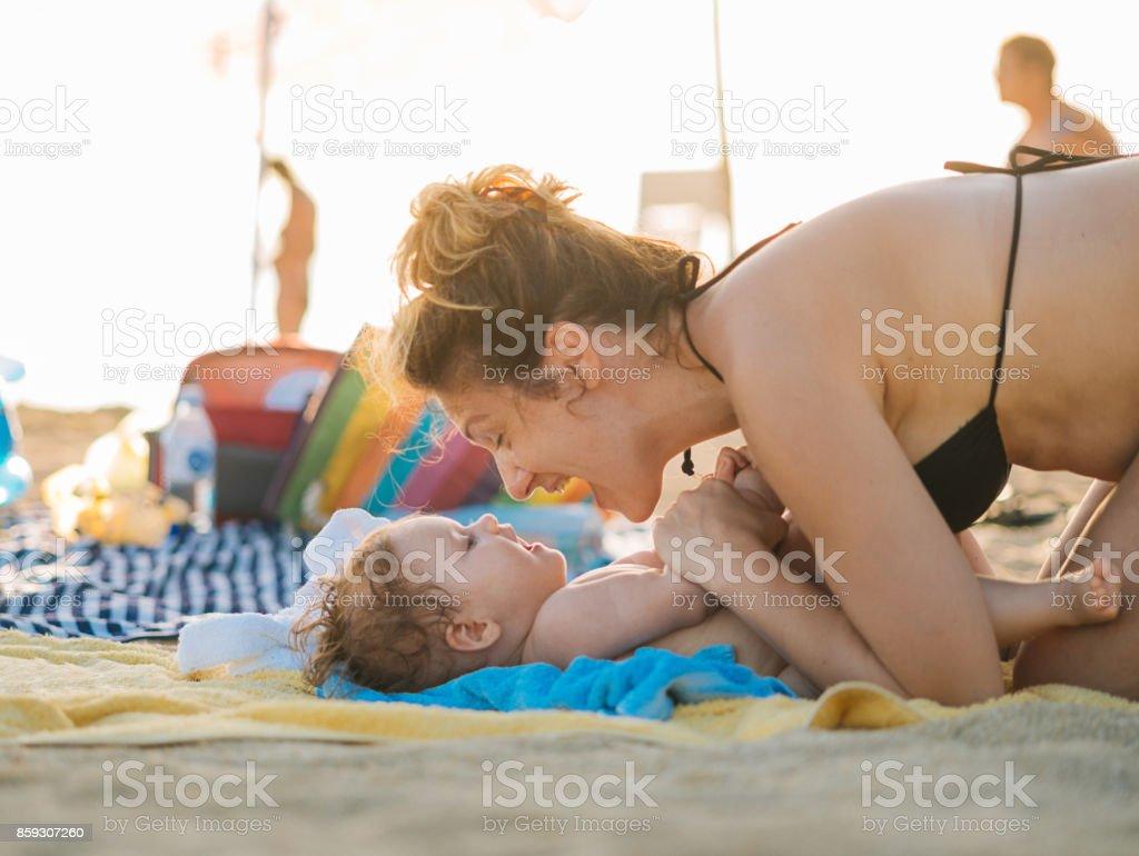 Mutter und ihr kleines Mädchen am Strand im Sommer Lizenzfreies stock-foto