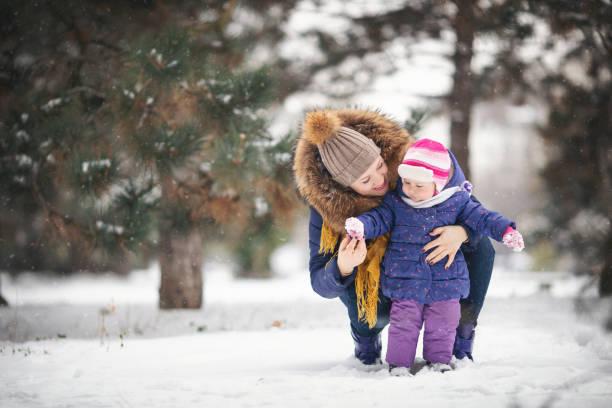 Mutter und ihr Babymädchen Wandern im Schnee – Foto