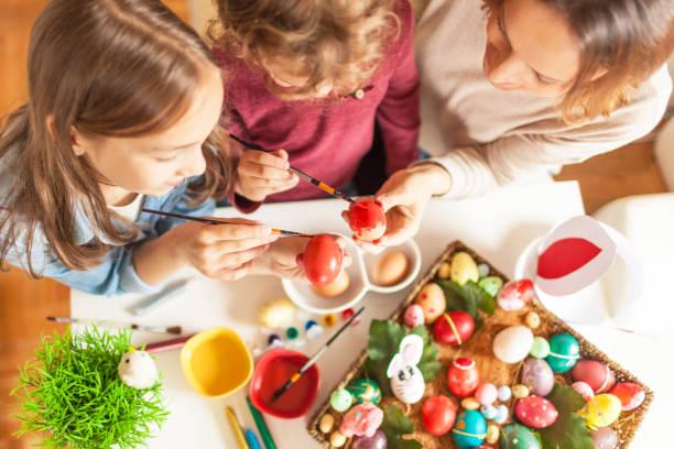 mutter und ihre kinder ostereier - osterhase zeichnen stock-fotos und bilder