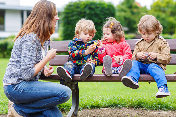 Mutter und ihre Kinder im Sommer-park – Foto