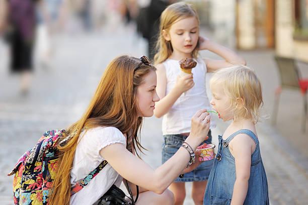 Madre y sus hijas Comer helados - foto de stock
