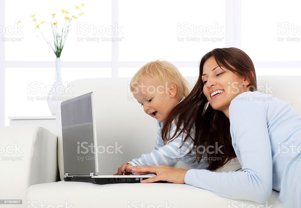 Mother and her little son looking at laptop computer. royalty free stockfoto