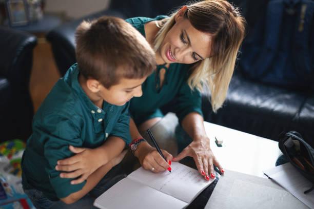 Mutter und Sohn zusammen Hausaufgaben – Foto