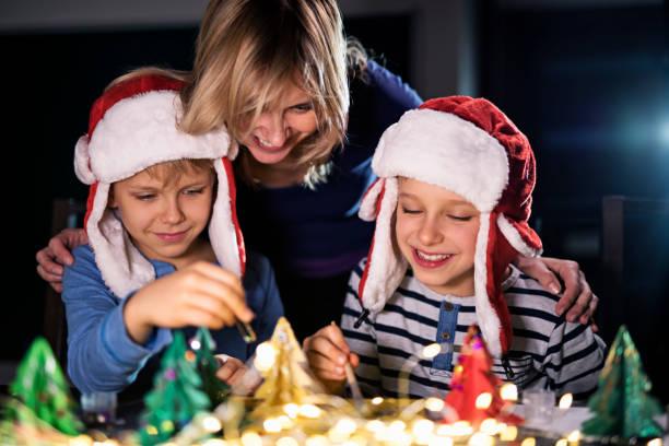 mutter und kinder basteln weihnachtsschmuck - winterdeko basteln stock-fotos und bilder