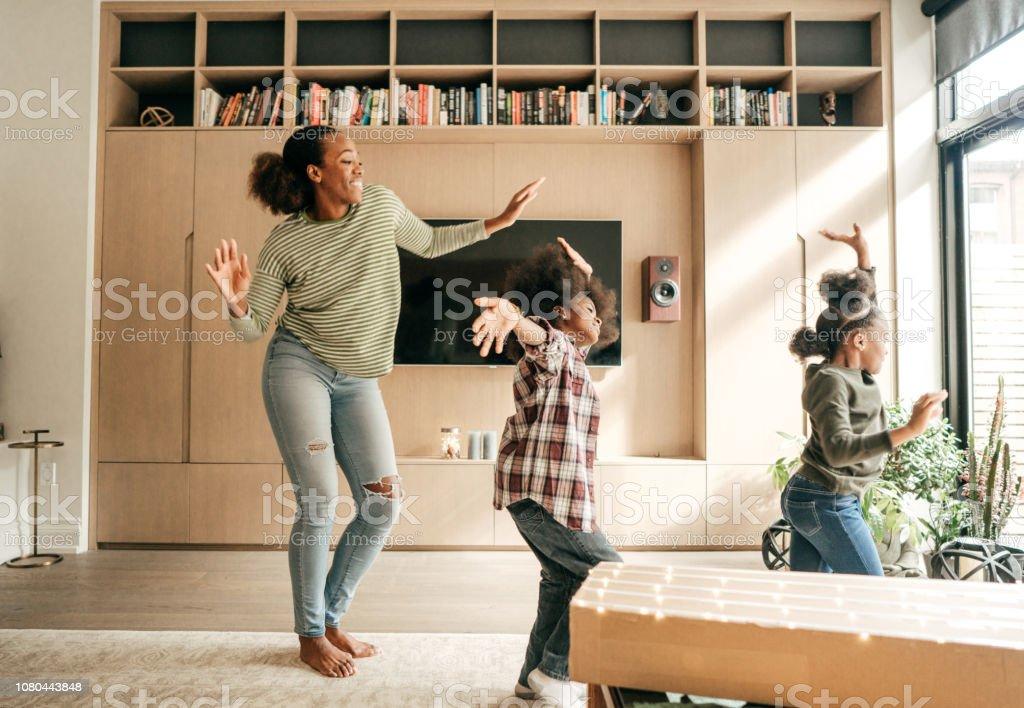 Mãe e filhos dançando - Foto de stock de 35-39 Anos royalty-free