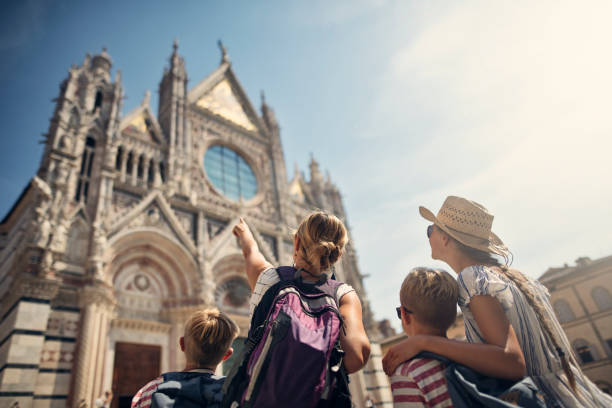 mother and kids sightseeing city of siena, tuscany, italy - europe points imagens e fotografias de stock