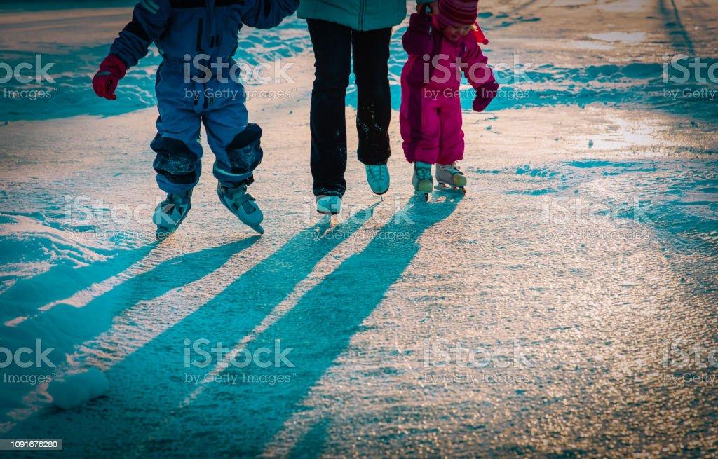 母と子供一緒に冬のスケート ストックフォト