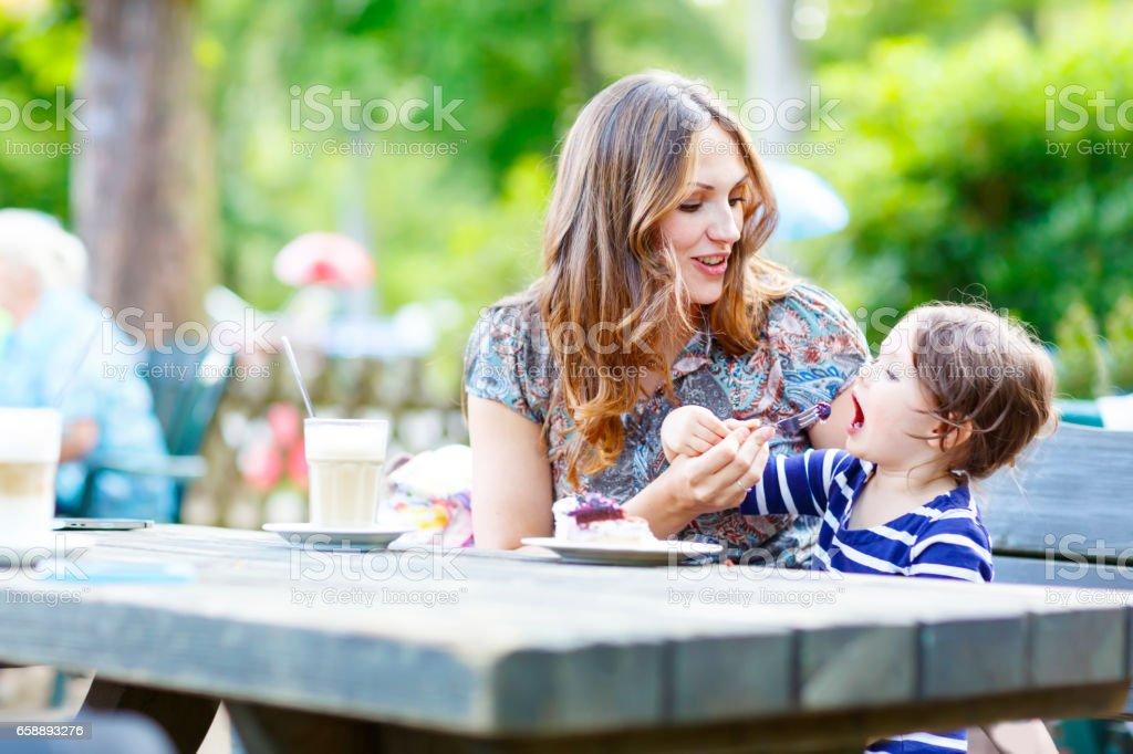 Mutter und Mädchen liebenswert Kind Kaffeetrinken in Outdoor-c – Foto