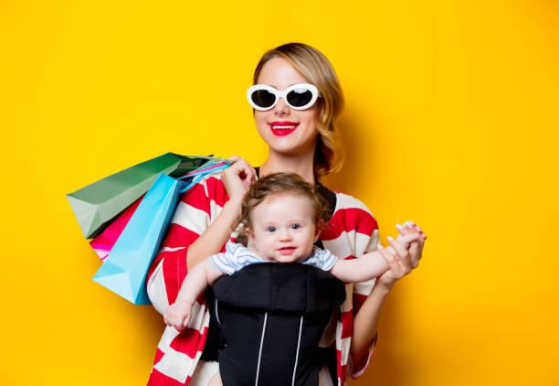 mutter und baby carrier - babytasche stock-fotos und bilder