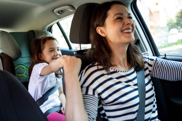Mutter und Tochter zusammen im Auto fahren – Foto