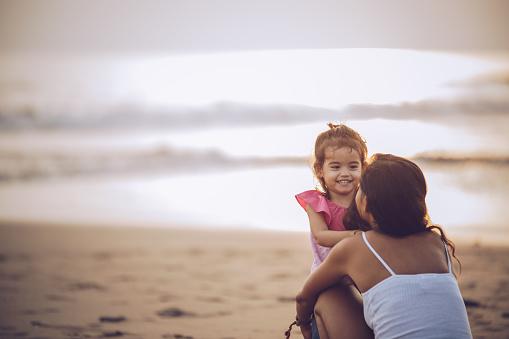 Anne Ve Küçük Kızı Plajda Zevk Stok Fotoğraflar & Aile'nin Daha Fazla Resimleri
