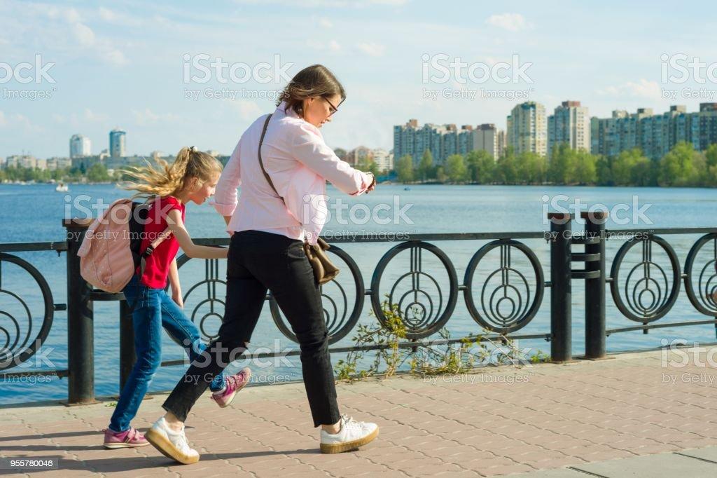 Madre e hija van a la escuela foto de stock libre de derechos