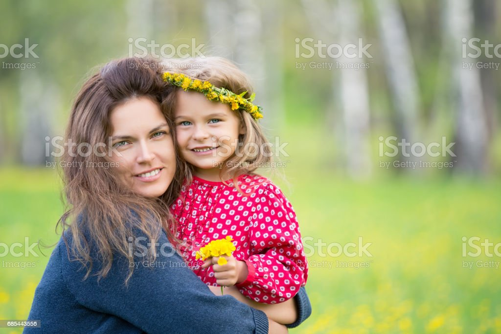 Mother and little daughter in spring park foto de stock royalty-free
