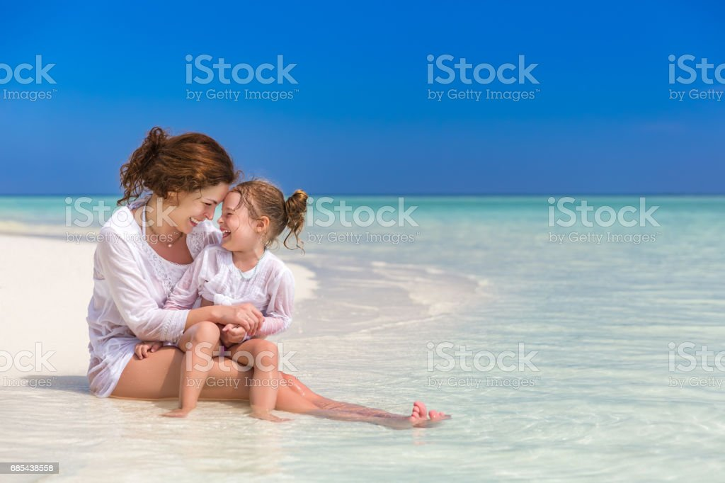 Mother and little daughter on the beach foto de stock royalty-free