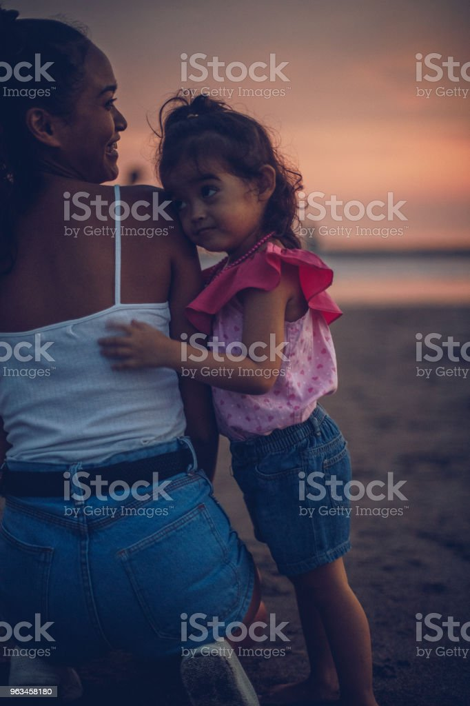 Mère et fille peu reposante à la plage - Photo de Adulte libre de droits
