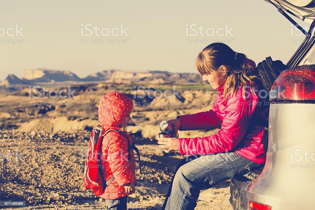 Mère et petite fille faire le voyage en voiture dans les montagnes photo libre de droits